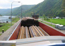"""Der Laderaum der """"HANSE"""" ist bestens geeignet für großvolumige Ladung. Die Träger haben ein Volumen von 1700 m³; Träger und Spundwände zusammen haben eine Länge von 70 Meter. Somit hat die """"HANSE"""" alleine das transportiert, wofür sonst 2 Europaschiffe nötig gewesen wären."""